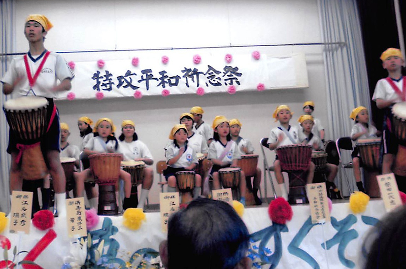 太鼓ジャンベの合奏、鹿児島県三島村・黒島、大里ふるさとセンターで