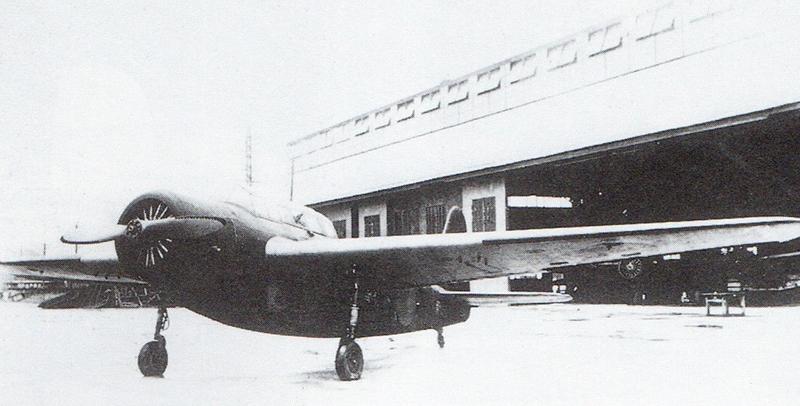 機上作業練習機「白菊」。主翼、尾翼、胴体後部は木製=野原茂著「日本軍用機事典」海軍編(2005年3月、イカロス出版刊)
