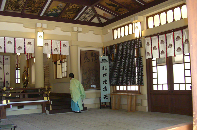楠木正成を祭る湊川神社本殿には「非理法権天」の幟を掲げている=2009年8月4日、神戸市中央区で
