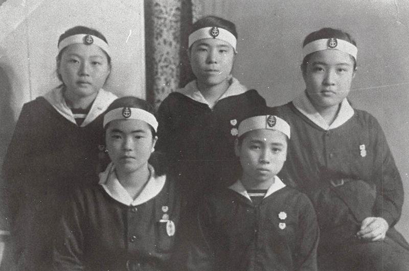 呉海軍工廠に学徒動員の女学生。写真は広島県立竹原高等女学校の生徒。このうちの1人は「使命感に燃え、このような表情をしていた自分を誇りに思う」と振り返る