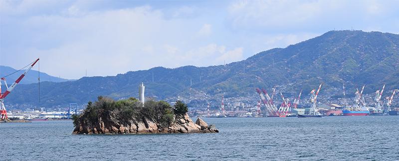 海側から見た現在の呉港。戦艦大和は手前の小島、麗女島近くの26番ブイに碇泊していた。背後の山は灰ケ峰=2014年4月6日撮影