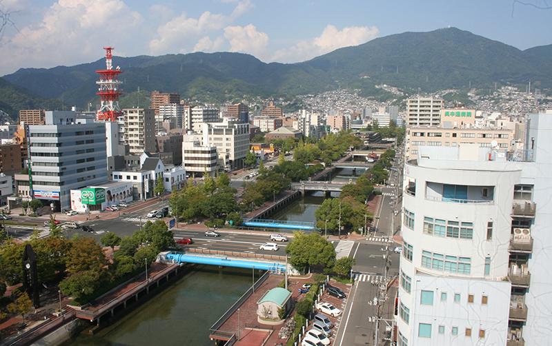 堺川下流から呉市街地を望む。瀬戸内海沿岸特有の明るい町並みだ。背後の山は灰ケ峰(標高737メートル)=2013(平成25)年9月22日撮影