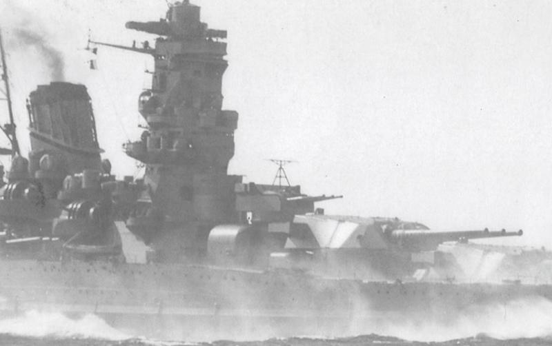 1941(昭和16)年10月20日、荒天の高知県・宿毛沖標柱間で全力公試中の「大和」(中央部拡大)=大和ミュージアム編「日本海軍艦艇写真集別巻 戦艦大和・武蔵」から