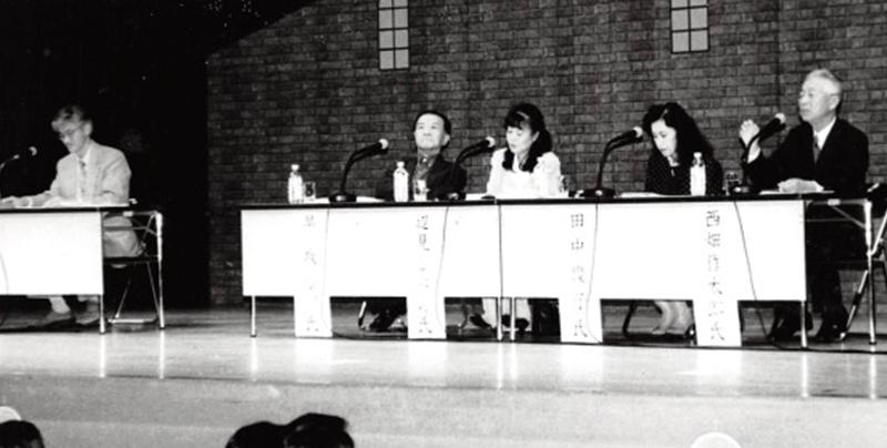 呉市で戦艦大和を公の場で語る最初となったシンポジウム「大和」を思う。左から司会者千田、基調講演の早坂、パネリスト辺見、田中、西畑の各氏=1995(平成7)年10月21日、広島県呉市文化ホールで