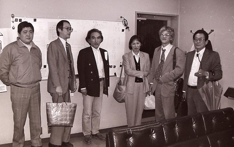 戦艦大和のシンポジウムを開こうと企画したメンバー。講師出演の手配を決めた=1995(平成7)年4月24日、広島県呉市、朝日新聞呉支局で